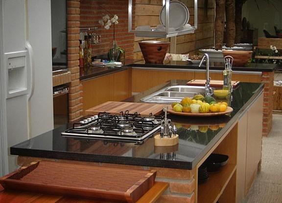 Bancadas Com Granito Preto Absoluto Em Cozinha Rústica7