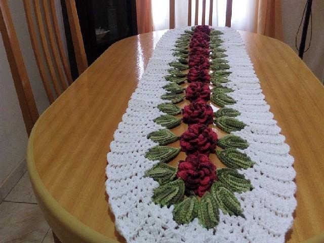 Caminho De Mesa Com Flores E Folhas 2