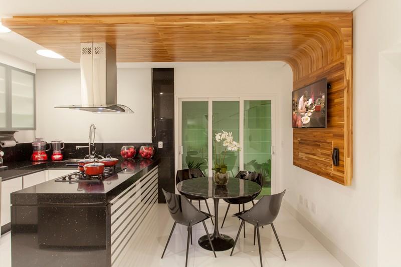 Objetos Em Cozinha De Madeira6