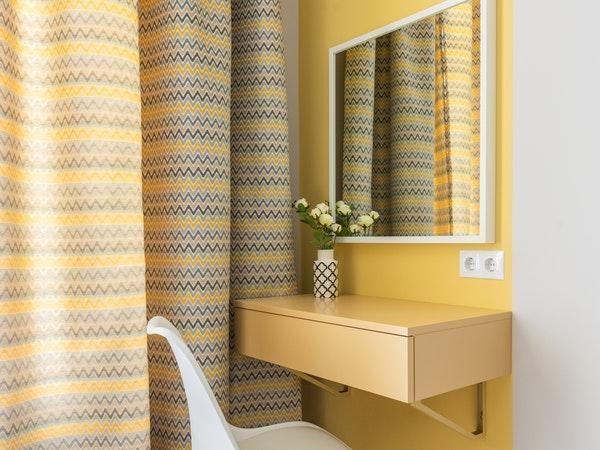 amarelo da parede junto ao mais claro da bancada e cortina