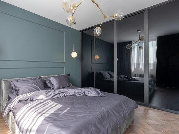 o verde claro da parede junto ao violeta traz a sensacao de um ambiente mais frio e calmo